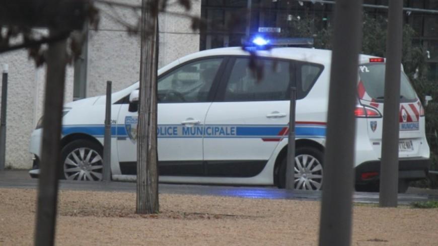 Grenoble : menacée par un unijambiste armé d'un couteau