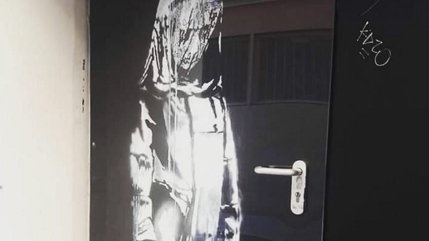 Oeuvre de Banksy volée au Bataclan : des interpellations en Isère et dans le Rhône