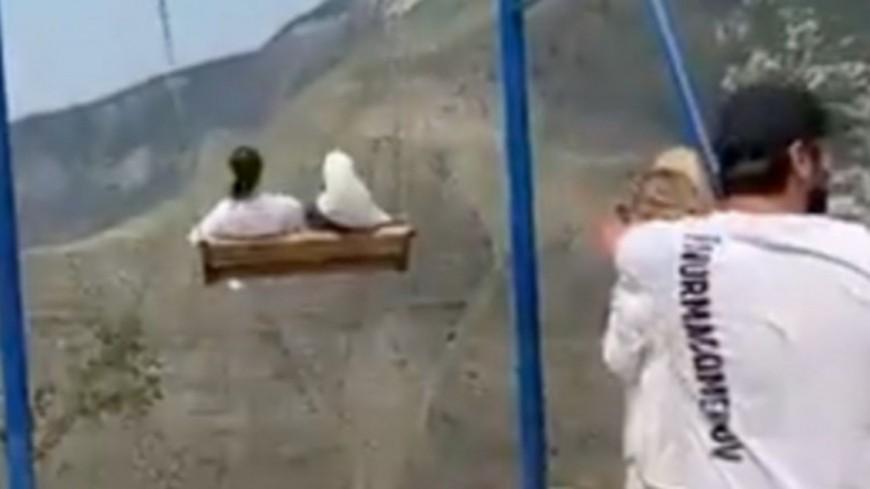 Suspendue au-dessus d'une falaise, une balançoire cède et deux femmes tombent (vidéo)