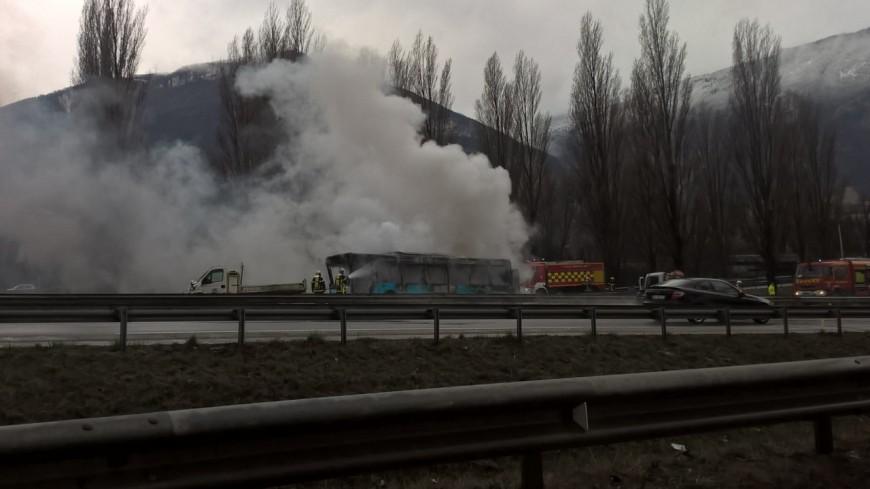 Un bus s'embrase sur l'A480