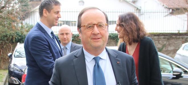 François Hollande en séance de dédicaces jeudi à Grenoble