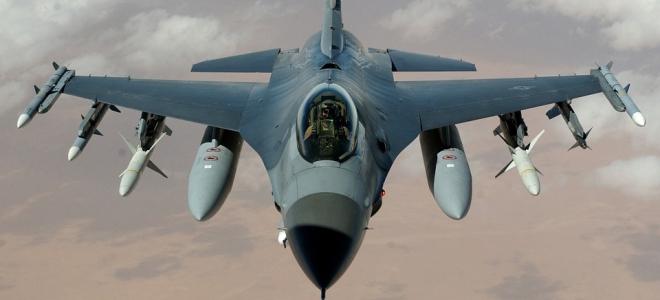 Un avion fait retentir un bang supersonique dans la région